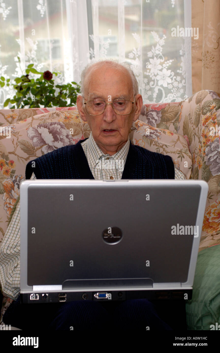 Altos varón de 82 usando un ordenador portátil Foto de stock