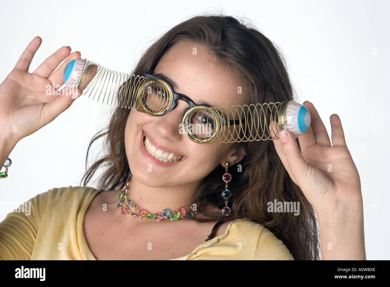 Mujer joven con goofy gafas Foto de stock