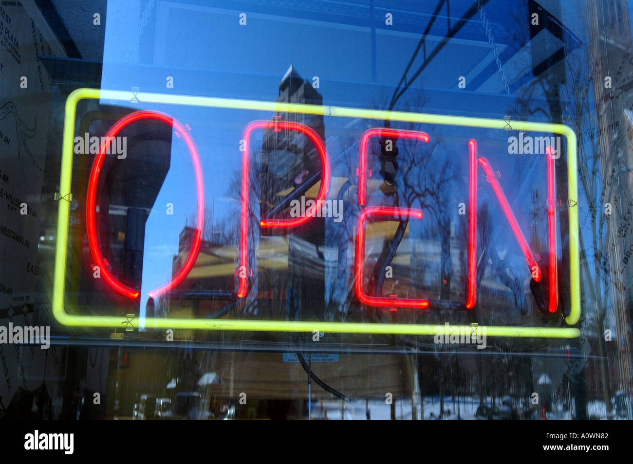 Signo abierto de la ciudad de New Haven Connecticut SCÉNIC con dirección centro de negocios abierto para firmar en ventana de negocios Imagen De Stock