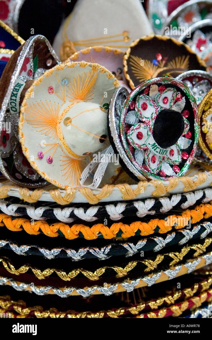 Una pila de sombreros en diferentes tamaños para su venta en una tienda de  la Ciudad ad99ca37bcf