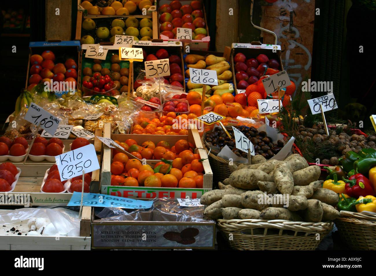 Caquis, los tomates, las papas y otras hortalizas y frutas para la venta en euros Foto de stock