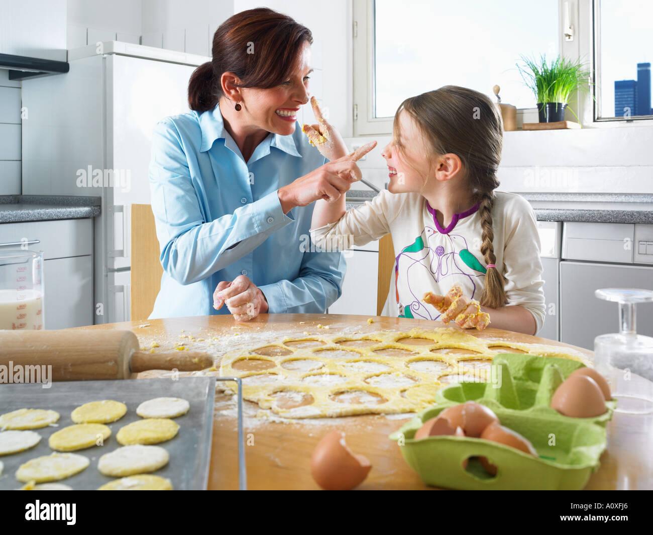 Madre e hija divirtiéndose hornear Foto de stock