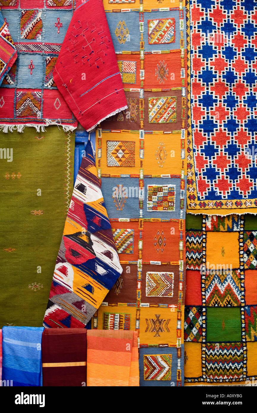 Alfombras para la venta en el casco antiguo de medina Essaouira Marruecos Imagen De Stock