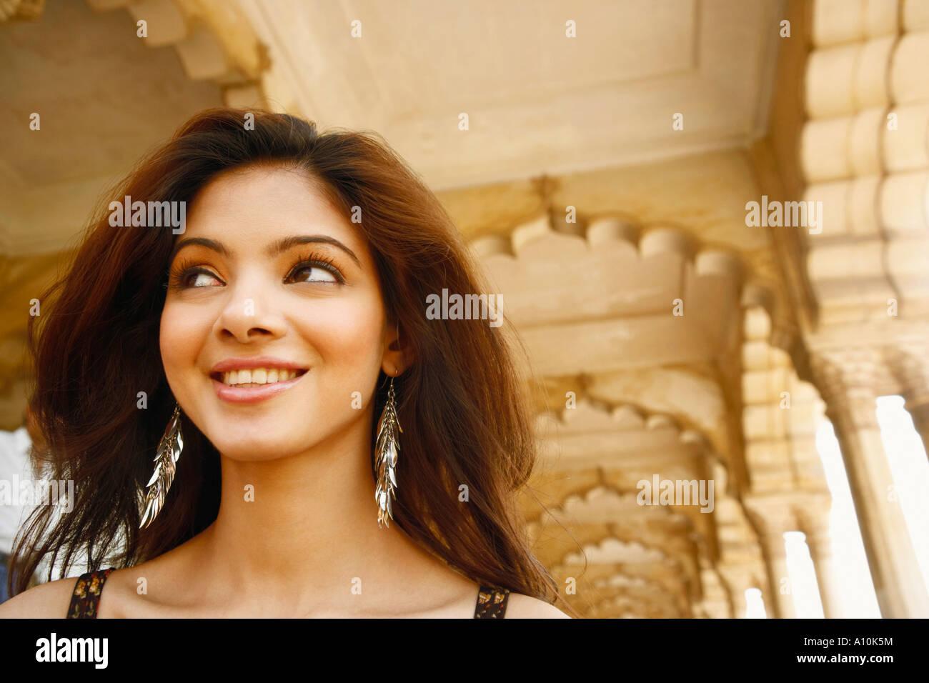 Close-up de una joven sonriente, el Fuerte de Agra, Agra, Uttar Pradesh, India Foto de stock