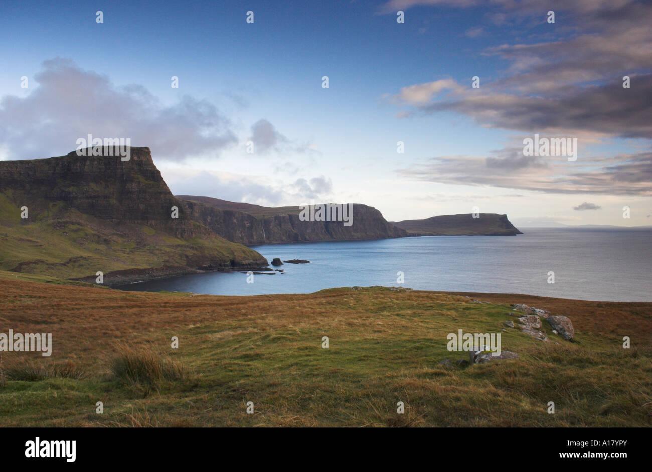 Foto horizontal del atardecer en moonen bahía cerca de neist point en la isla de sky en Escocia Foto de stock