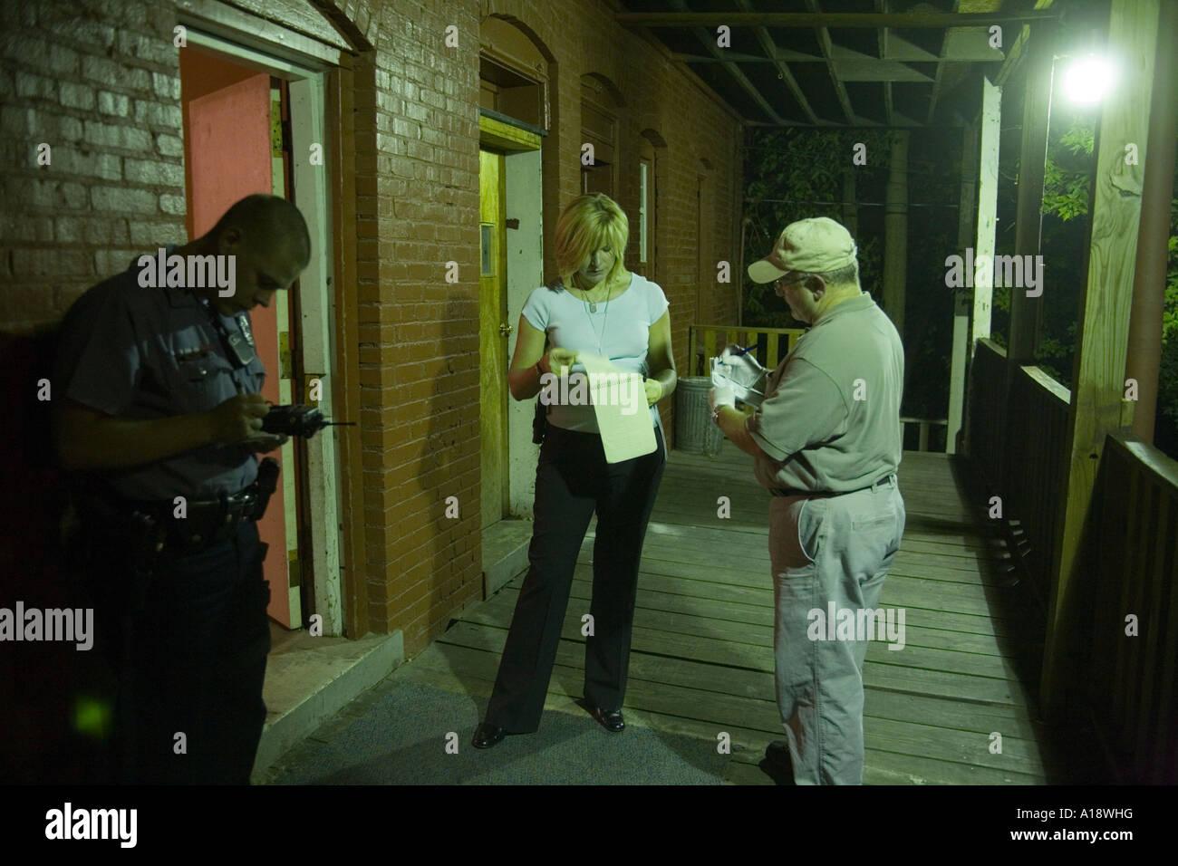 Detective de homicidios femeninos en la escena de un cuerpo que se ...