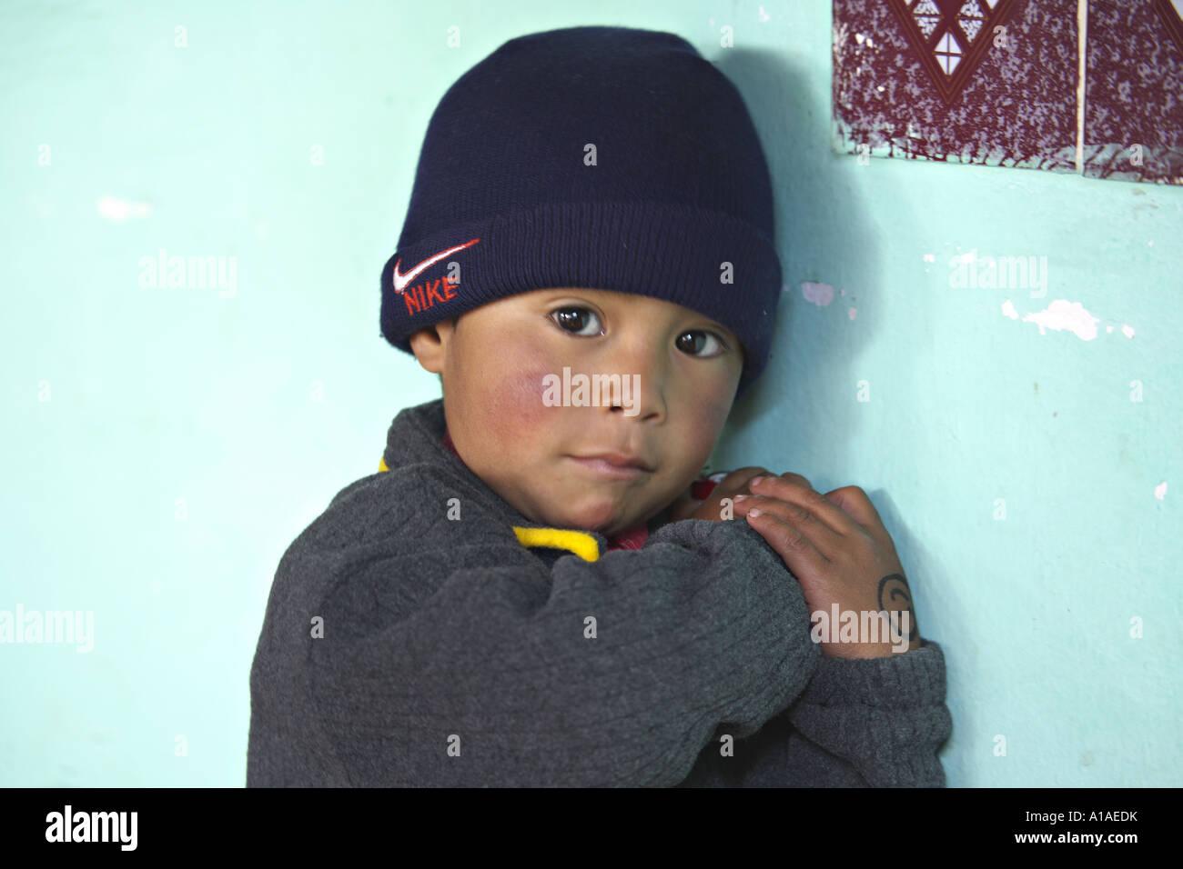 61fe69808a306 GUATEMALA CAPELLANIA joven indígena Maya Quiché chico esperando para ser  atendidas por médicos voluntarios Imagen De
