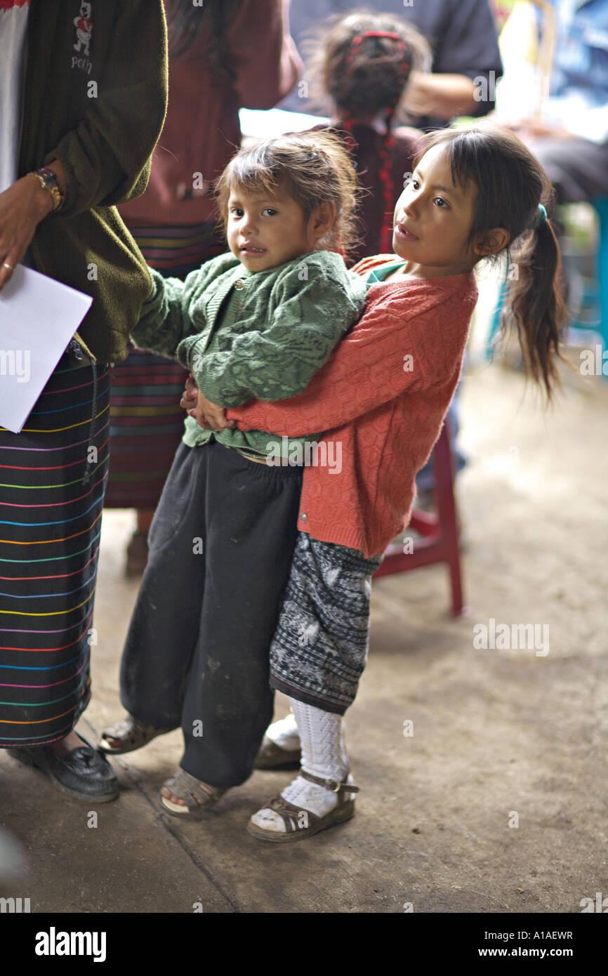 099c08380f703 GUATEMALA CAPELLANIA joven indígena Maya Quiché niña cargando a su hermana  Imagen De Stock