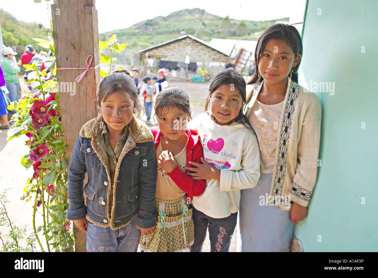 8bb35c51992da GUATEMALA CAPELLANIA joven indígena Maya Quiché hermanas esperando para ser  atendidas por médicos Imagen De Stock