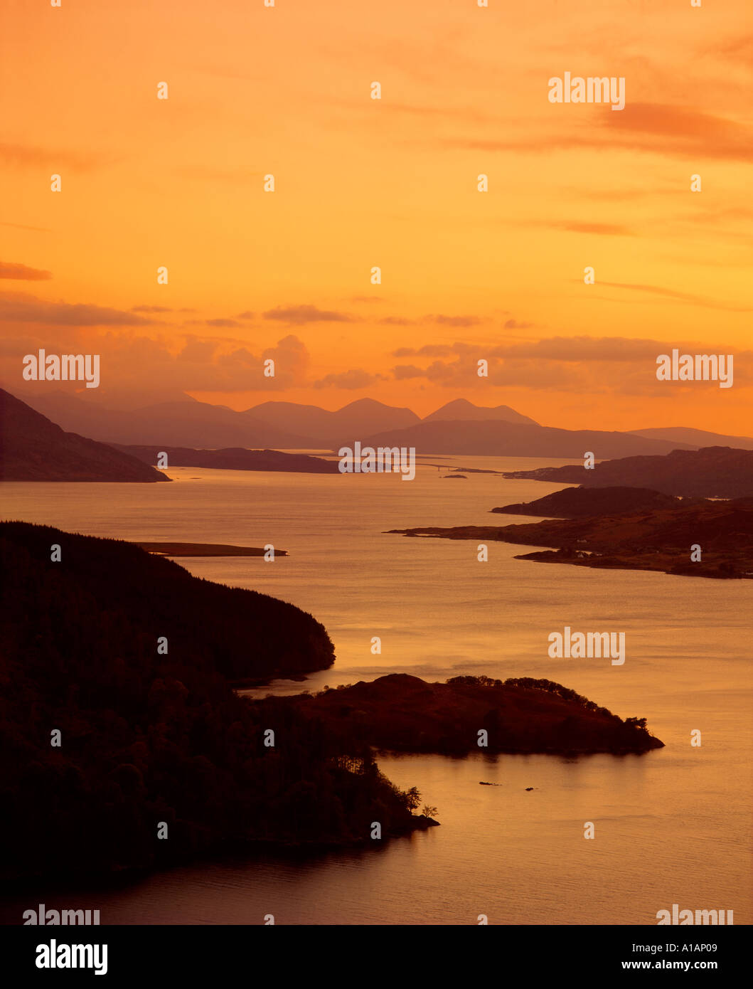 El Loch Alsh y la Isla de Skye de Carr Brae al anochecer, Highland, Scotland, Reino Unido Foto de stock