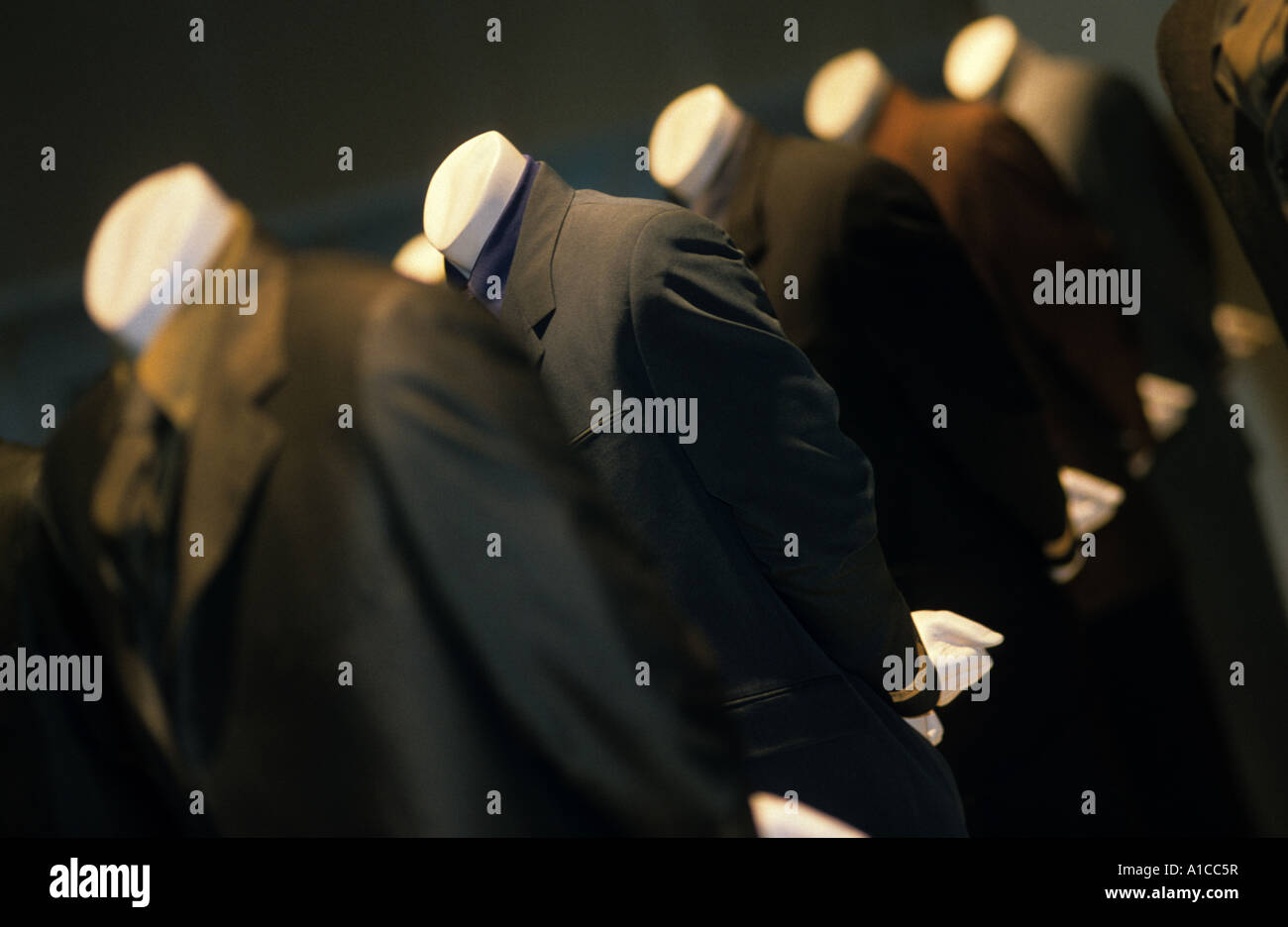 Modelos anónimos descabezados moda hombre palo similitud Imagen De Stock