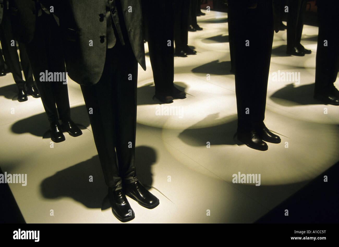 Los hombres anónimos multitud de hombres de negocios espera símbolo paciencia Imagen De Stock