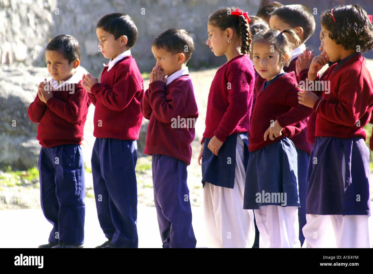 1a3f1fa98b2 Un grupo de niños colegiales colegialas niños indios orando permanente al  aire libre, patio de escuela Bhagsunag, India