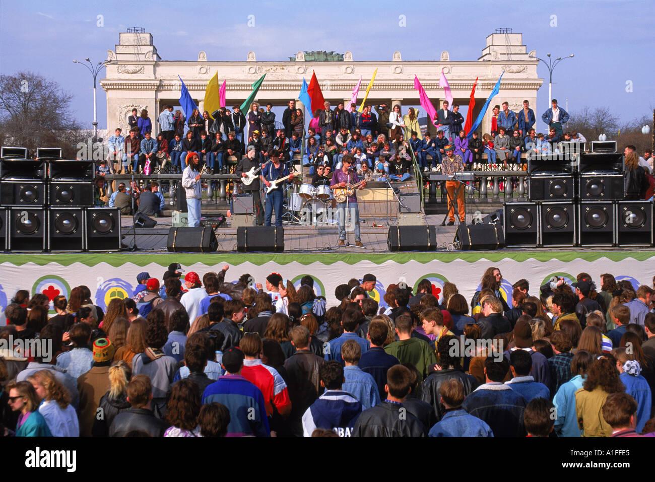 Las multitudes en un concierto durante el Festival del Día de la tierra en el Parque Gorky de Moscú Rusia G Hellier Imagen De Stock
