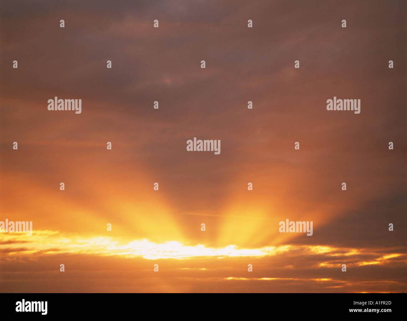 Sun a través de nubes cerca de Albany Oregon Imagen De Stock