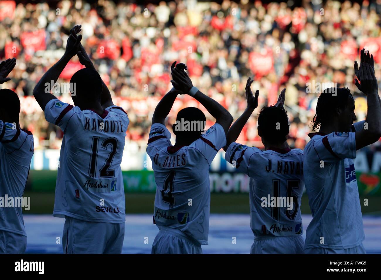 Esbozó Sevilla FC jugadores saludando y aplaudiendo a sus fans antes de un partido Imagen De Stock