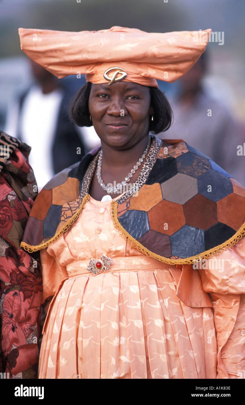 Amable Herero mujer vestida con un traje tradicional en procesión por la Ma Herero del desfile del día de agosto de Okahandja Namibia Imagen De Stock