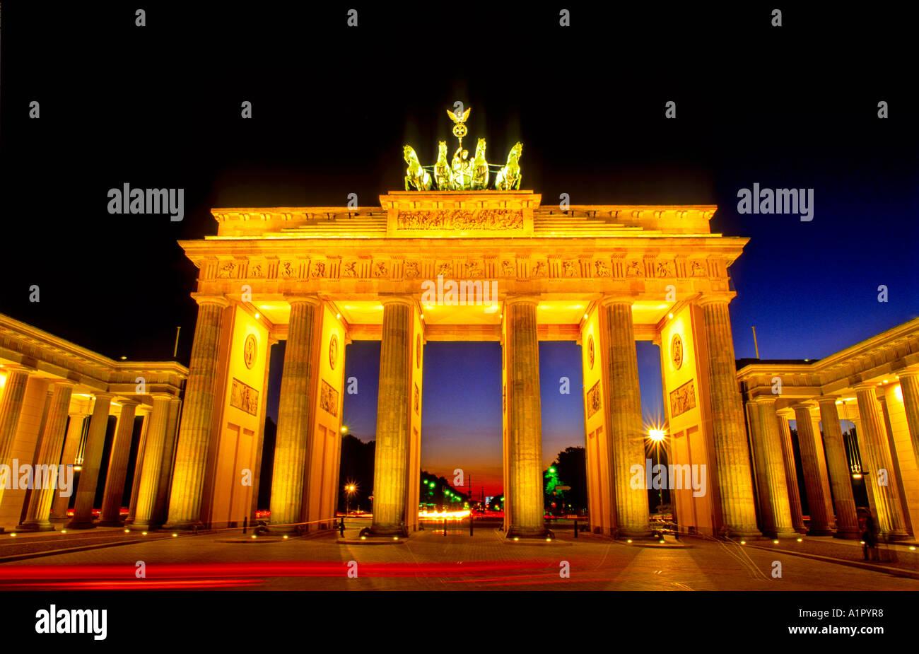 Puerta histórica Brandenburger Tor por la noche la plaza de París, Berlín, Alemania Imagen De Stock