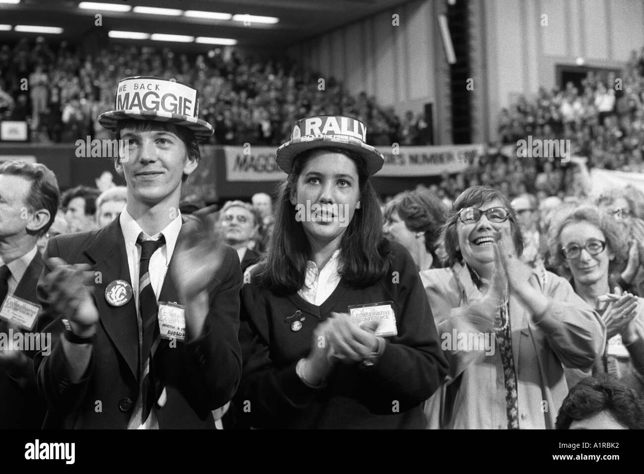Jóvenes Conservadores con sombreros aplaudir a su líder. Conferencia del  partido conservador de 1983 contraatacan b3c20bd0319
