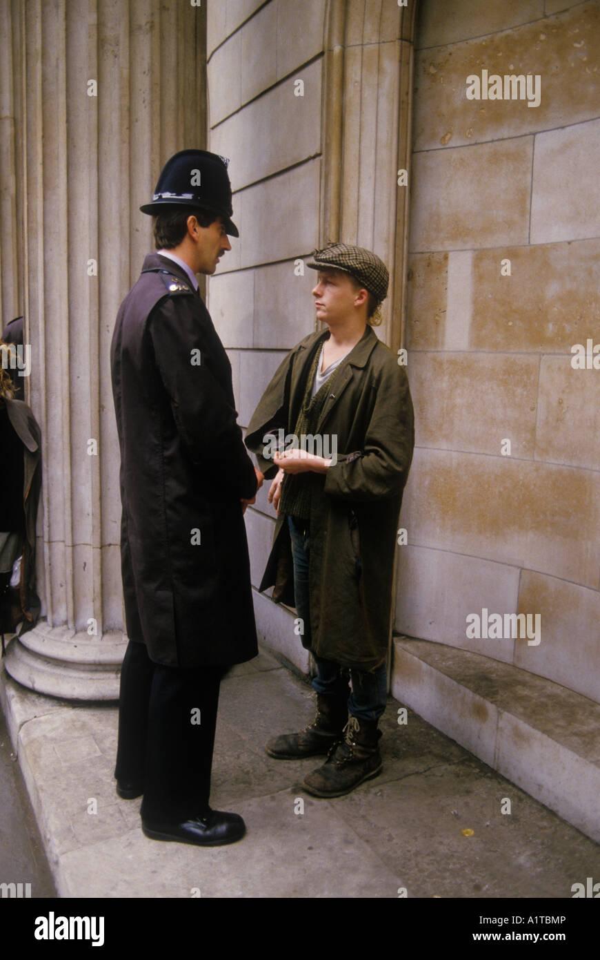 Dejar la ciudad Demo manifestación contra el capitalismo Ciudad de Londres, Inglaterra 1984. Los jóvenes Imagen De Stock
