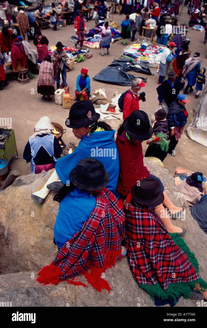 Pueblo ecuatoriano persona mujeres niñas vestían poncho poncho y sombrero  sombreros a día de mercado Imagen df2d98bc802