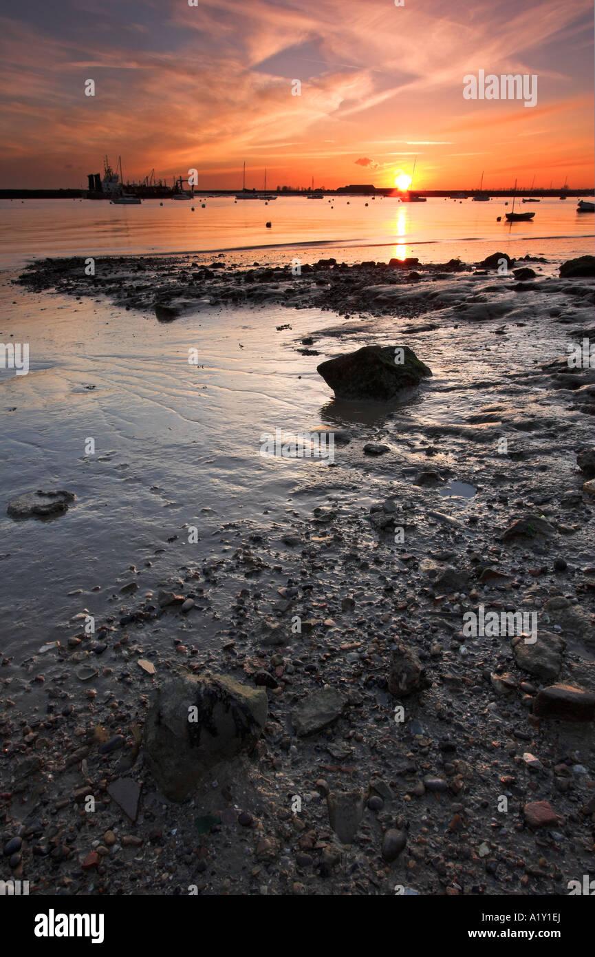 Puesta de sol sobre el río Crouch, Burnham-on-Crouch, Essex Imagen De Stock