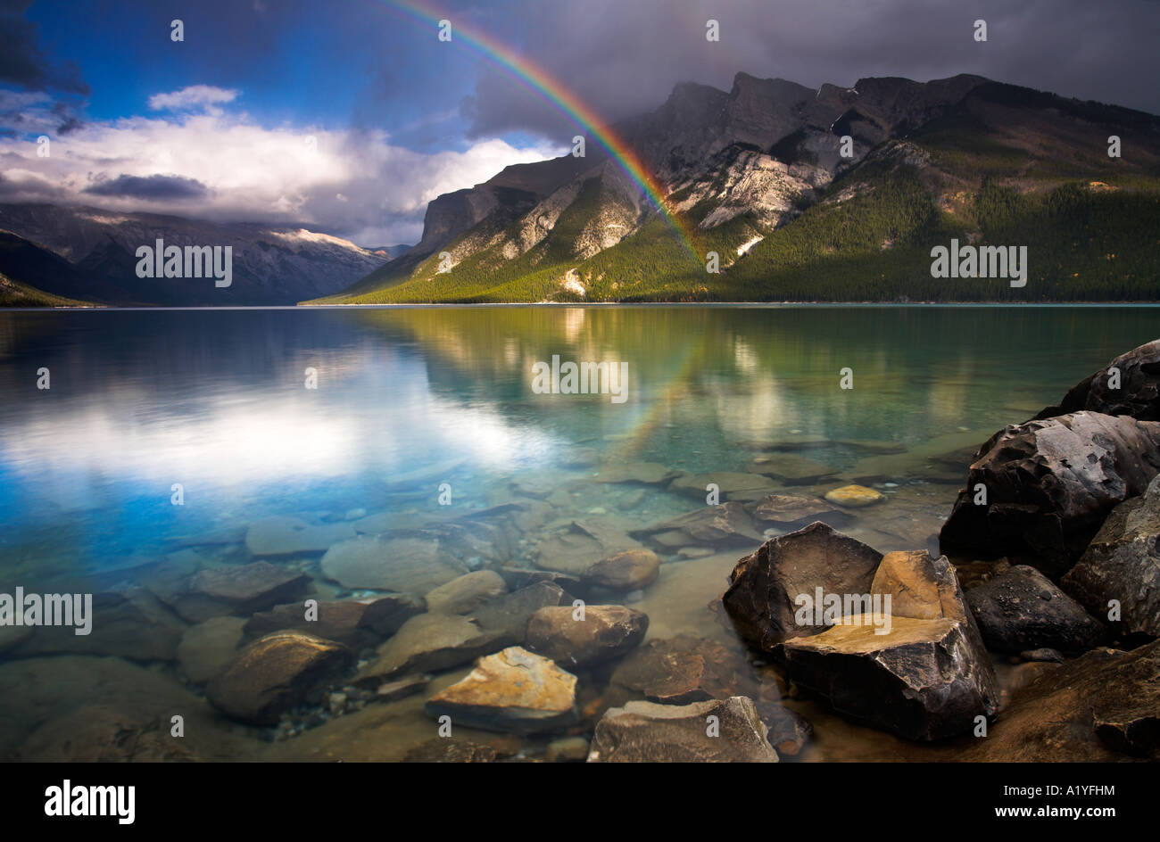 Arco iris sobre el Lago Minnewanka, Parque Nacional de Banff, Alberta, Canadá Imagen De Stock