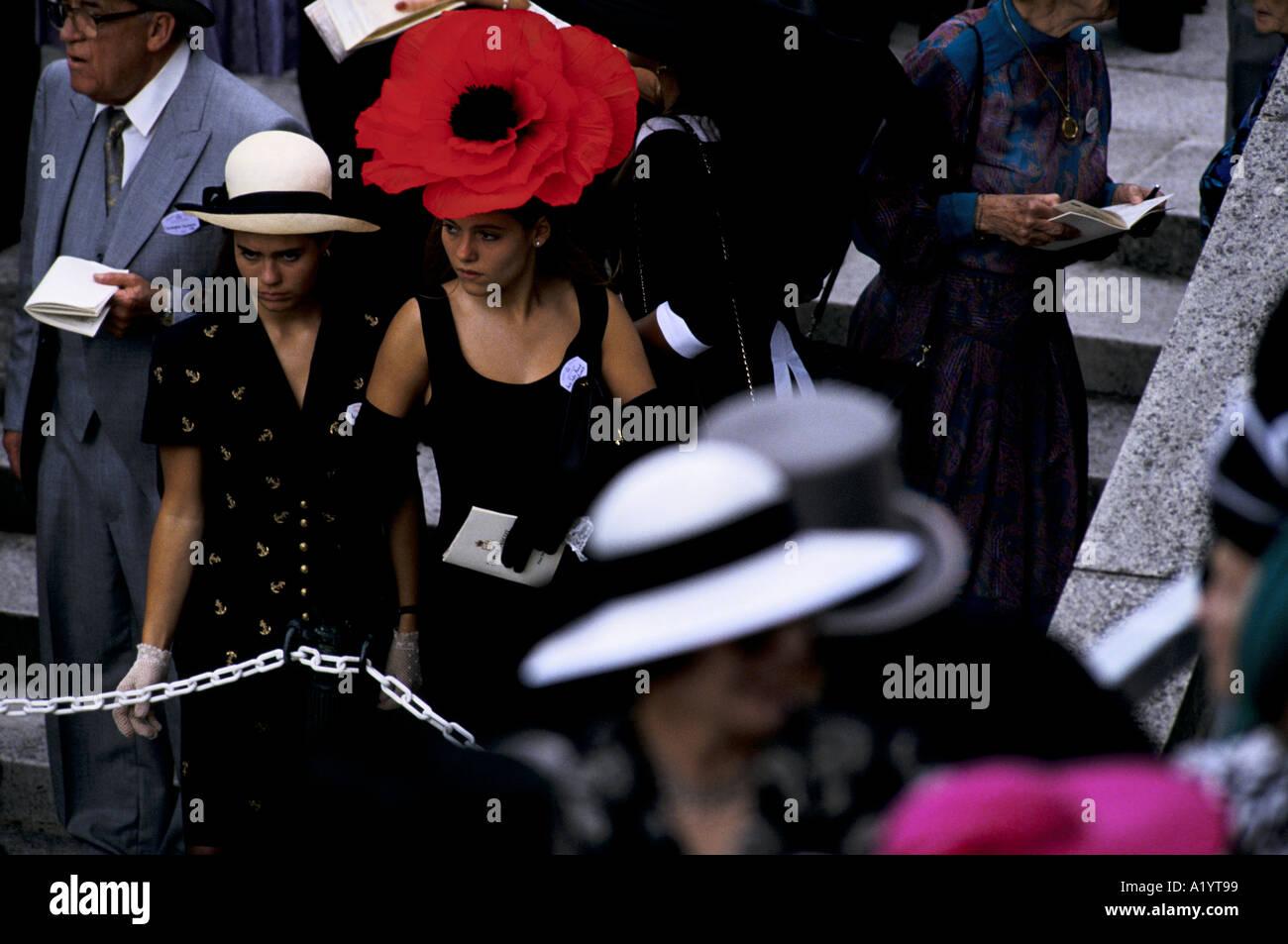 Lady With Large Hat Imágenes De Stock   Lady With Large Hat Fotos De ... 8327e0eb459e