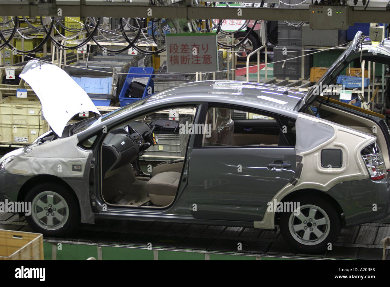 Un coche híbrido Toyota Prius se monta en la línea de producción en la fábrica Tsutsumi en la ciudad de Toyota, Nagoya, Japón Imagen De Stock