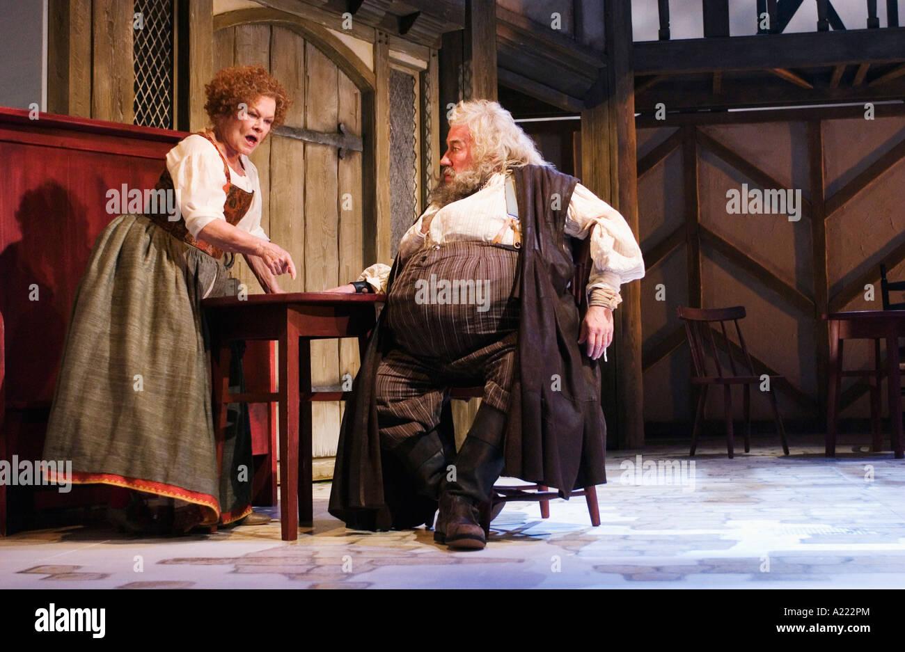 Mistress rápidamente interpretada por Judi Dench y Sir John Falstaff interpretado por Simon Callow Foto de stock