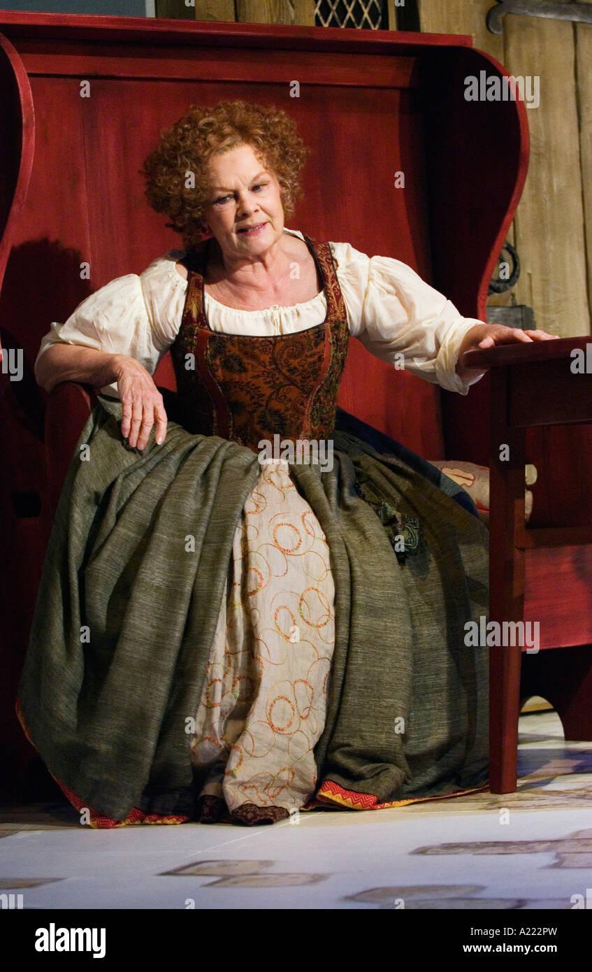 Mistress rápidamente interpretada por Judi Dench Foto de stock