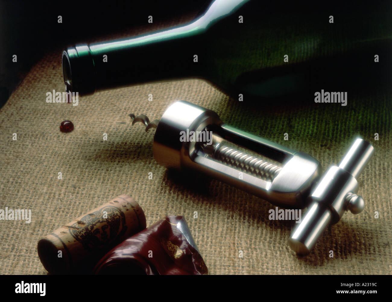 Close-up de abridor de botellas y una botella de vino Imagen De Stock