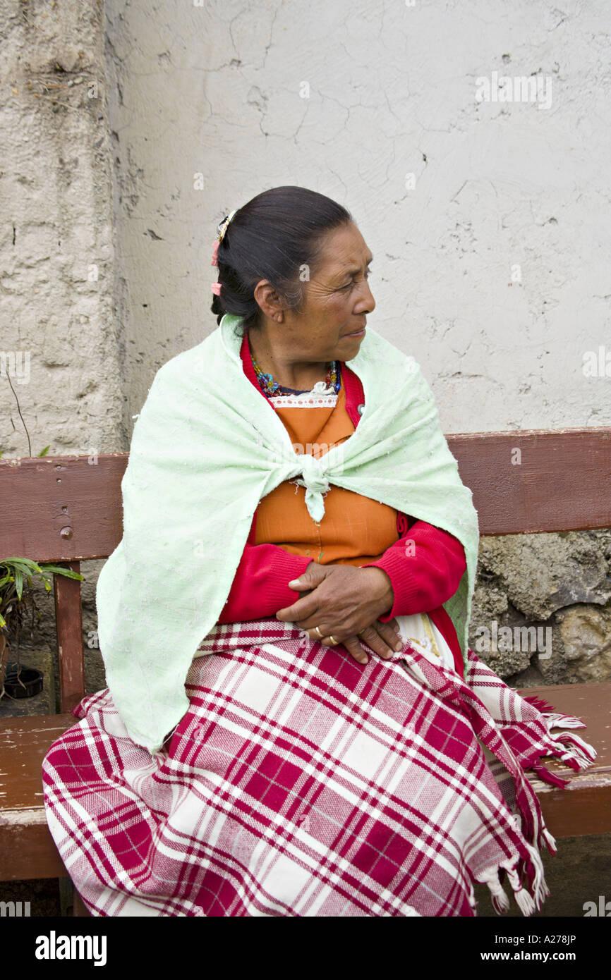 63ad1bdc7228d GUATEMALA CAPELLANIA Indígenas mujer Maya Quiché en colorido mantón  tradicional y delantal a la espera Imagen