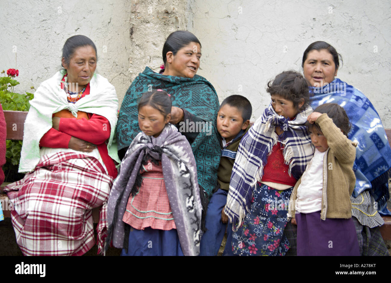 eed578c8d3fd3 ... hombres en sombreros de vaqueros a la espera de ser atendidos en la clínica  médica. A278WM (RM). GUATEMALA CAPELLANIA indígenas maya Quiche
