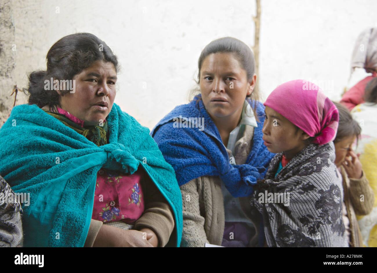 a5ee00df75815 ... hombres en sombreros de vaqueros a la espera de ser atendidos en la clínica  médica. A278XP (RM). GUATEMALA CAPELLANIA indígenas maya Quiche