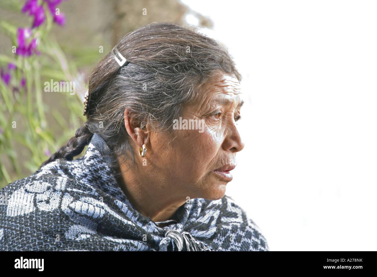 336efe3ef2512 GUATEMALA CAPELLANIA Distinguidos ancianos indígenas mujer Maya Quiché en  colorido mantón tradicional Imagen De Stock
