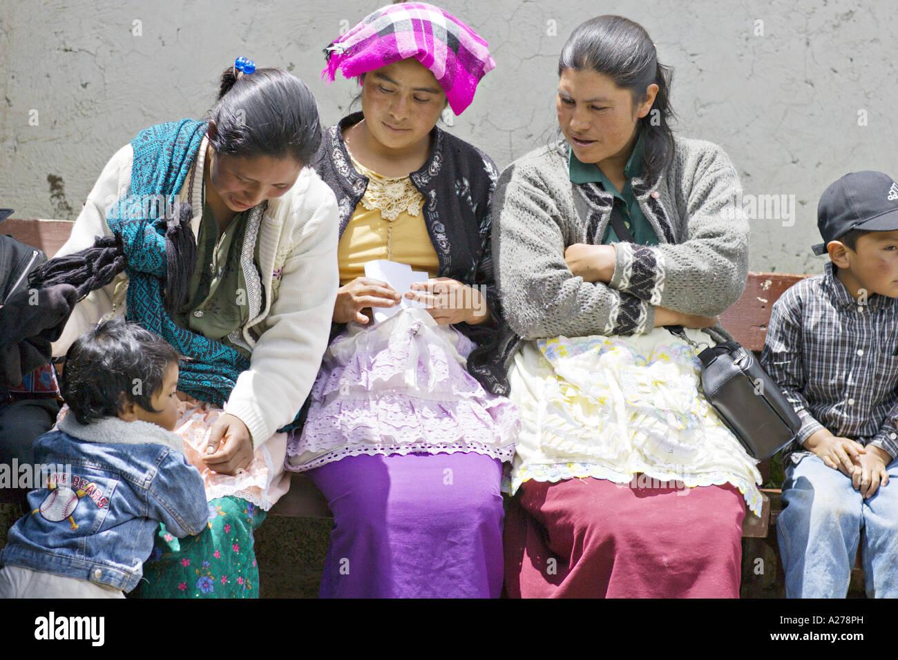 83de13bc94a4e GUATEMALA CAPELLANIA joven indígena Maya Quiché de madres y niños en  coloridos mantones y delantales Imagen