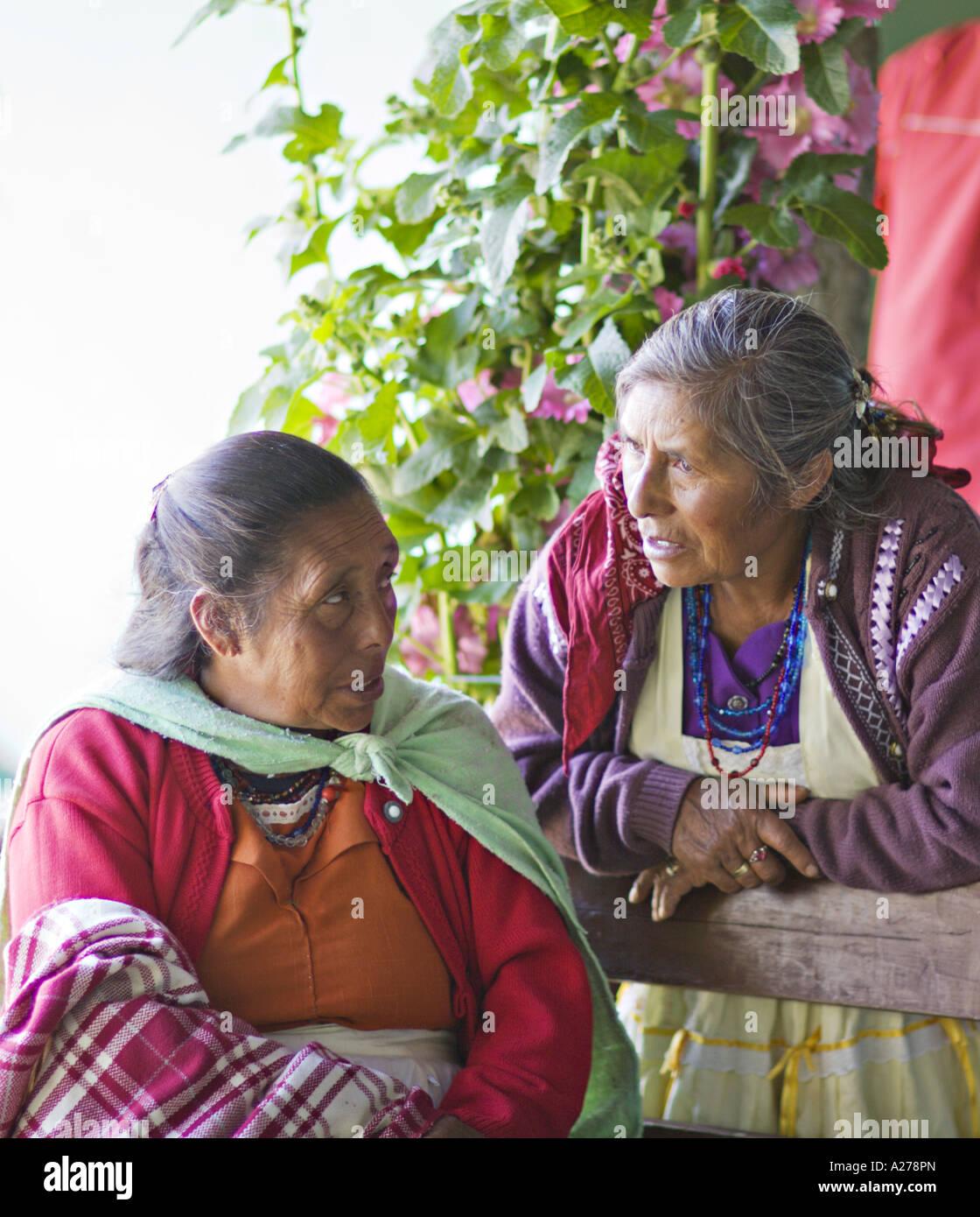 7aa68f1d36265 GUATEMALA CAPELLANIA indígenas maya Quiche mujeres en coloridos mantones y  delantales tradicionales hablar Imagen De Stock