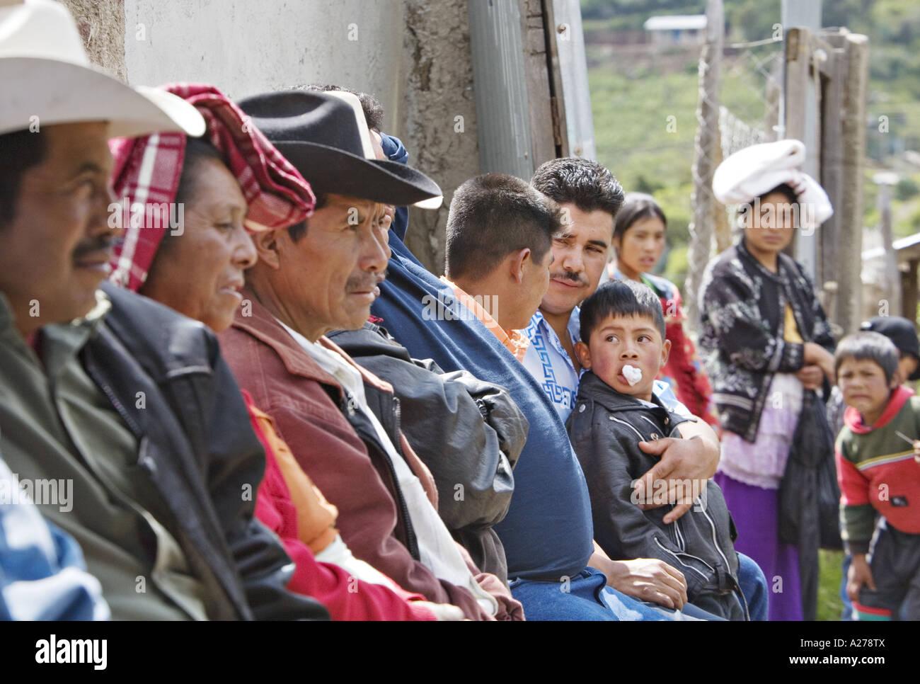 27998923cd0b0 GUATEMALA CAPELLANIA indígenas maya Quiche hombres en sombreros de vaqueros  y sus hijos a la espera de ser atendidos en la clínica médica