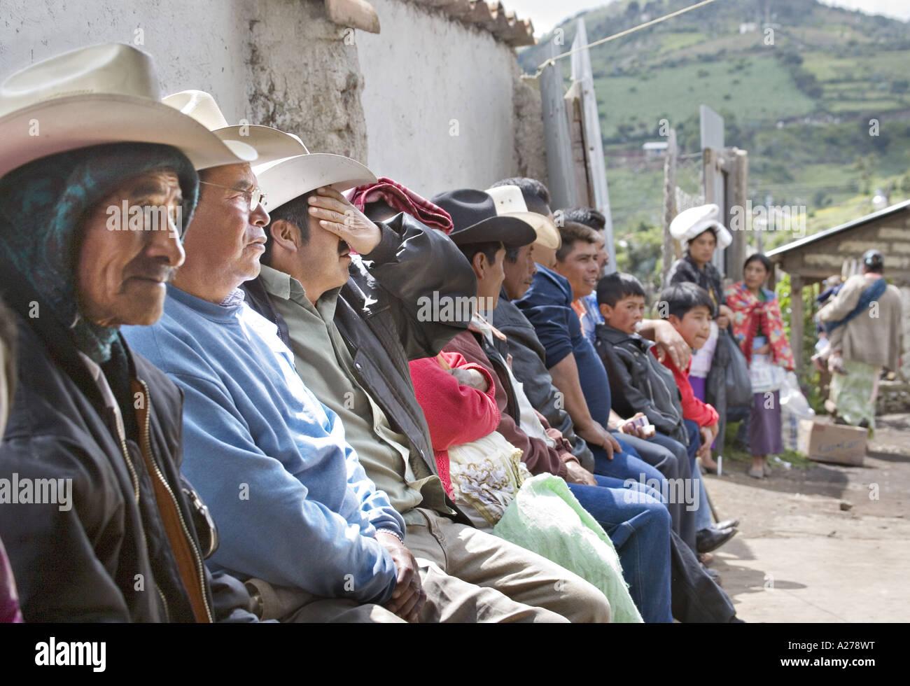 58f5e6e172877 GUATEMALA CAPELLANIA indígenas maya Quiche hombres en sombreros de vaqueros  a la espera de ser atendidos en la clínica médica