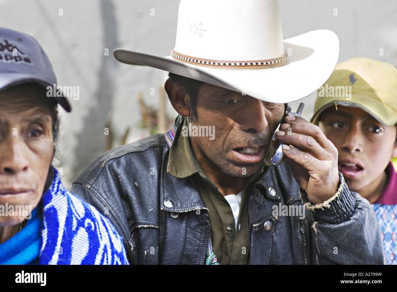 2fbd349015265 GUATEMALA CAPELLANIA indígenas maya Quiche hombre en el sombrero de cowboy  conversaciones sobre su teléfono Imagen