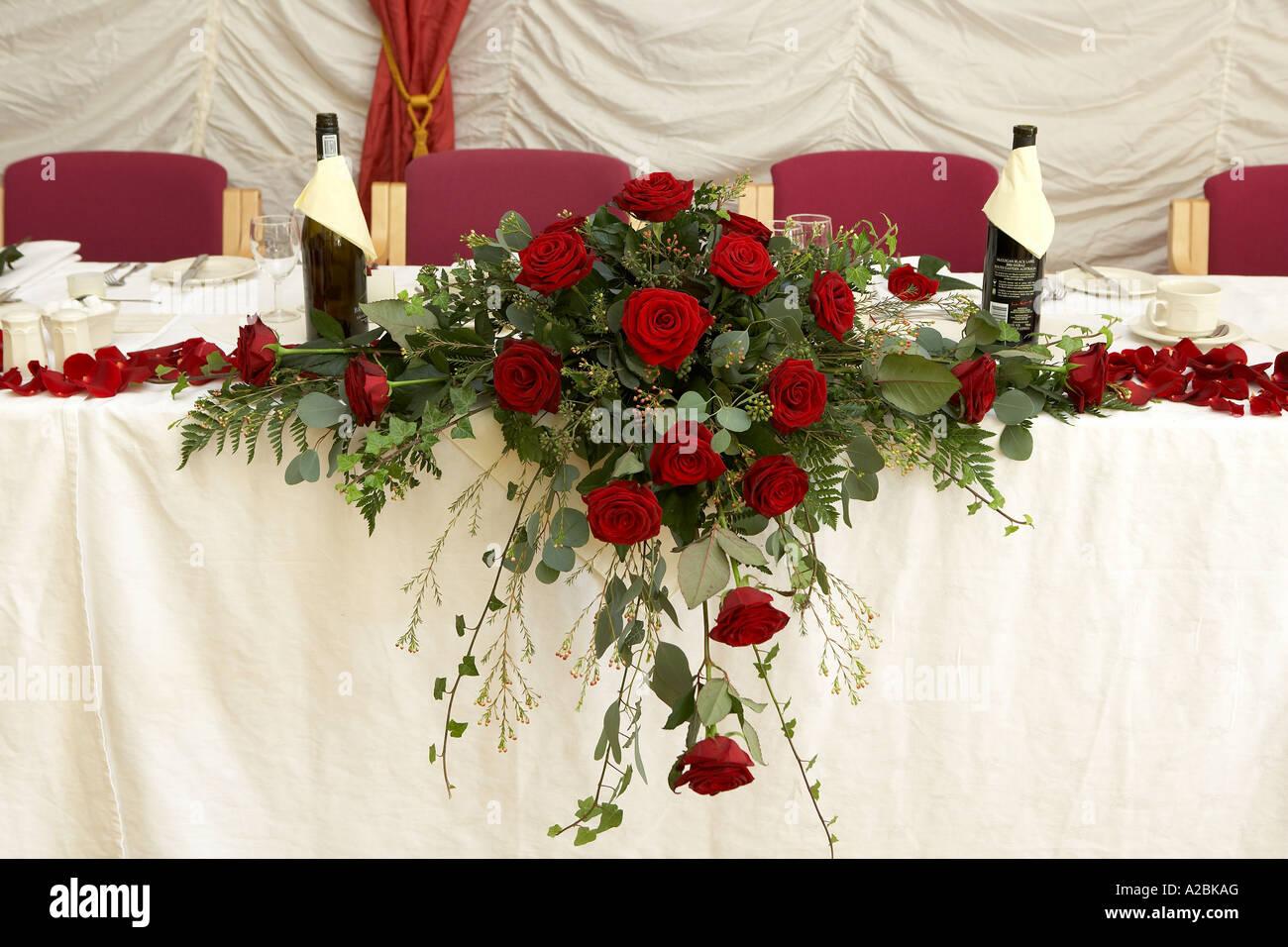 Los Pétalos De Rosas Rojas Y Usados Para Decorar Una Mesa En Una Boda Formal Inglaterra Fotografía De Stock Alamy