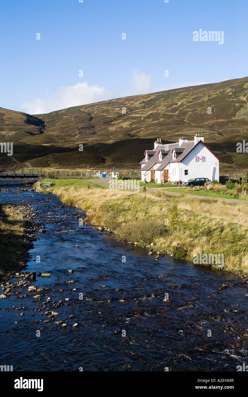 dh BALSPORRAN INVERNESSSHIRE Casa Blanca Escocesa Highland cabañas en glen casa de campo en el río construida aislada remota construcción rural escocia Foto de stock