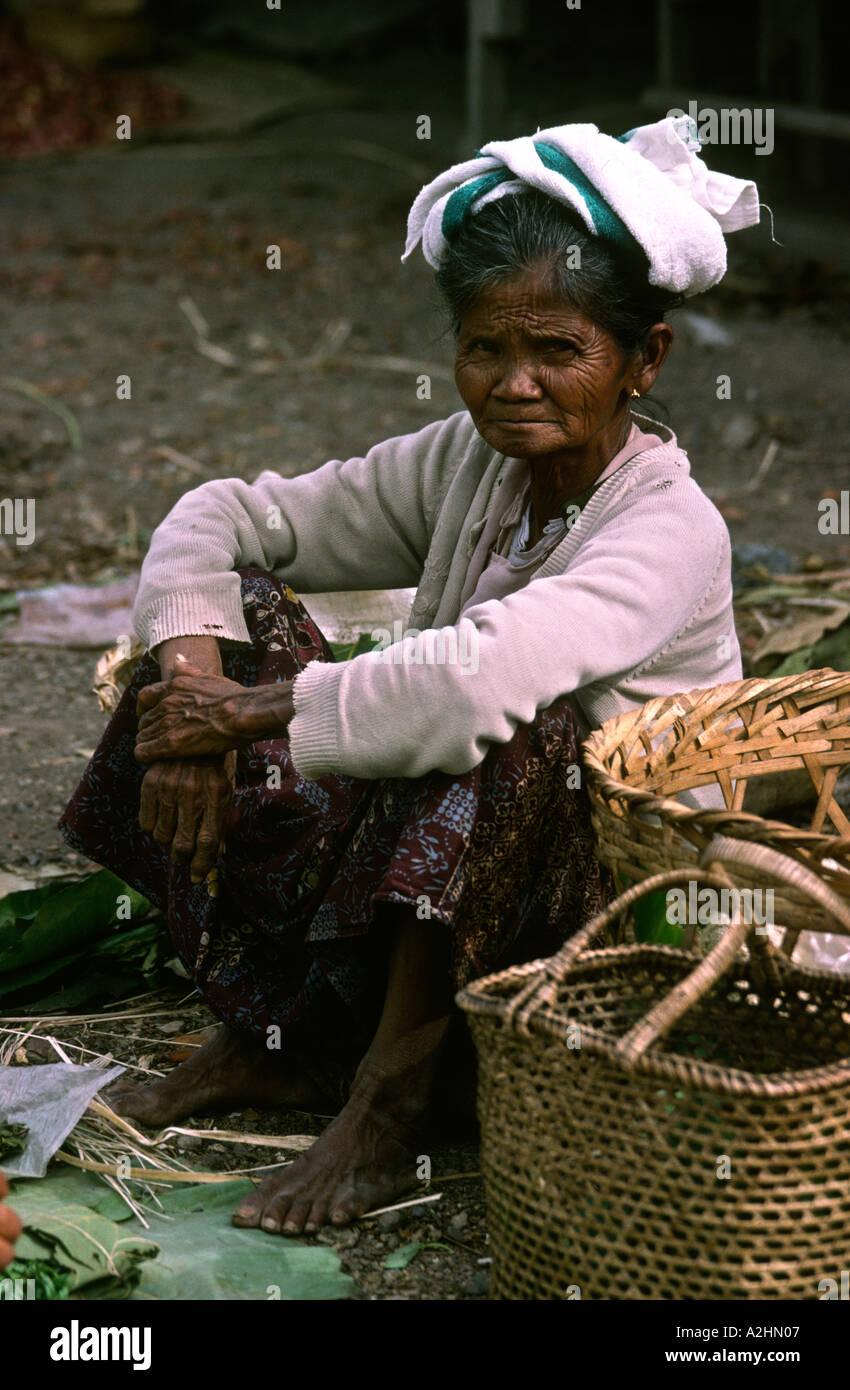 Birmania Myanmar Lago Inle Yaunghwe Yaungshwe mercado Shan vieja mujer tribal Imagen De Stock