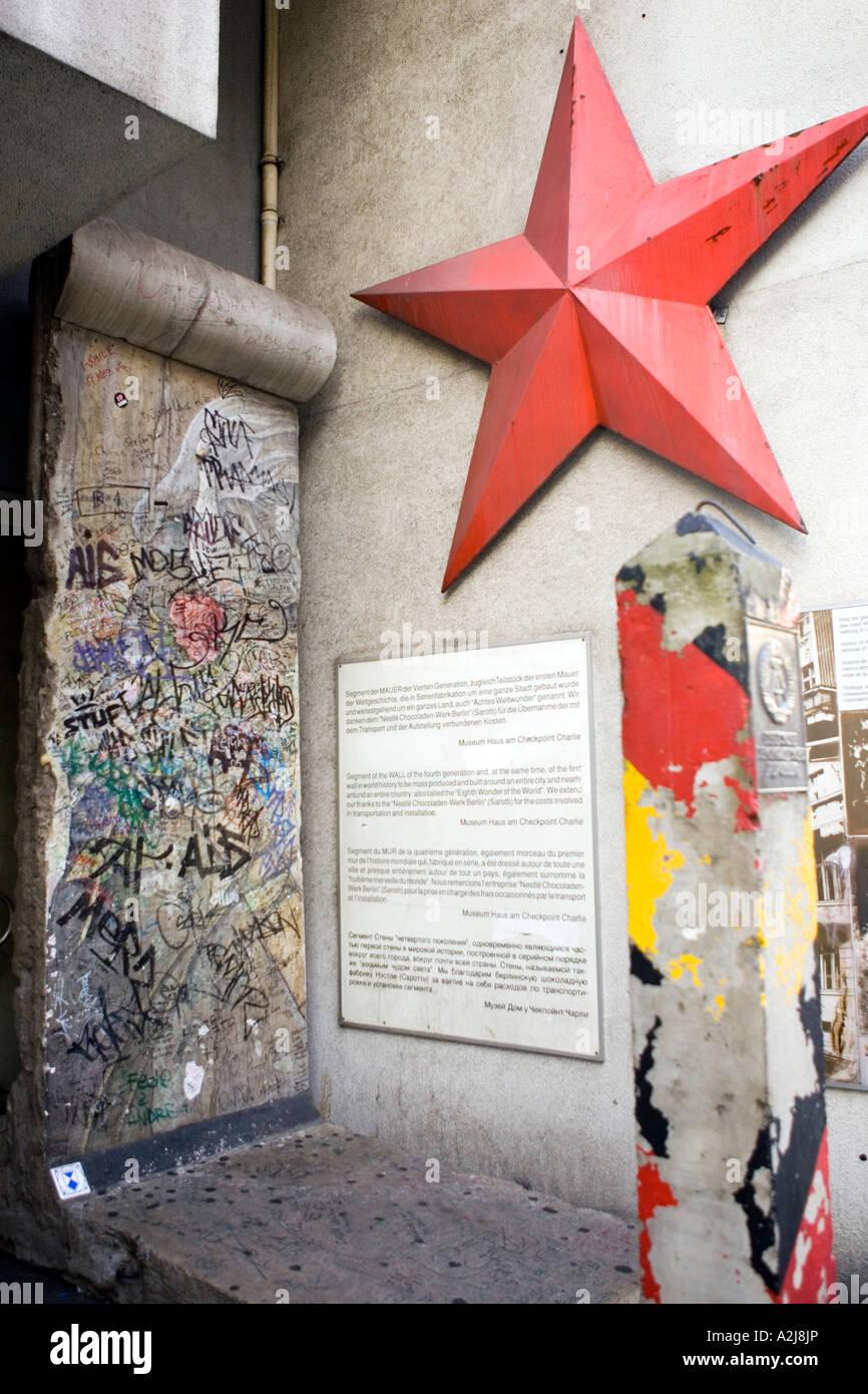 La sección del muro de Berlín fuera Museo Checkpoint Charlie Berlin Alemania Imagen De Stock