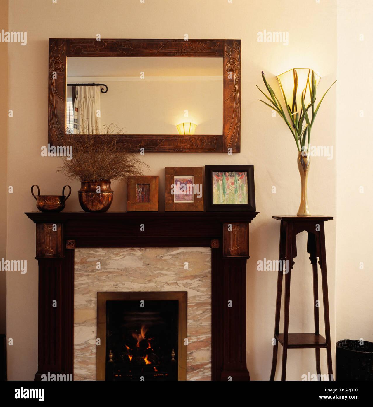 Close-up de madera-enmarcado espejo sobre la chimenea con una ...