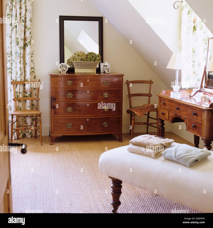Los puentes de plegados en otomano alfombrado dormitorio con muebles ...