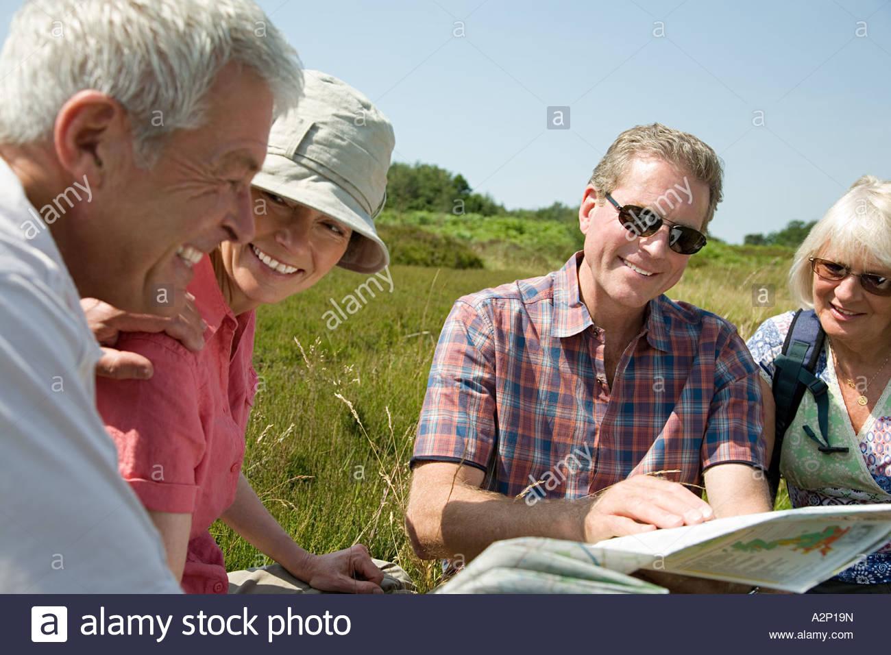 Excursionistas que buscan en el mapa Imagen De Stock