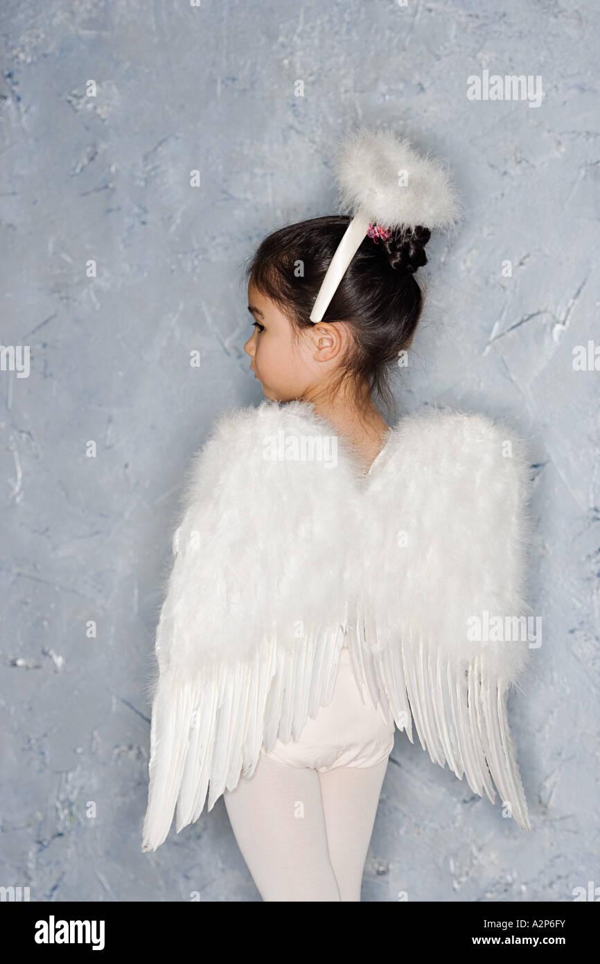 Chica en un traje de angel Foto de stock