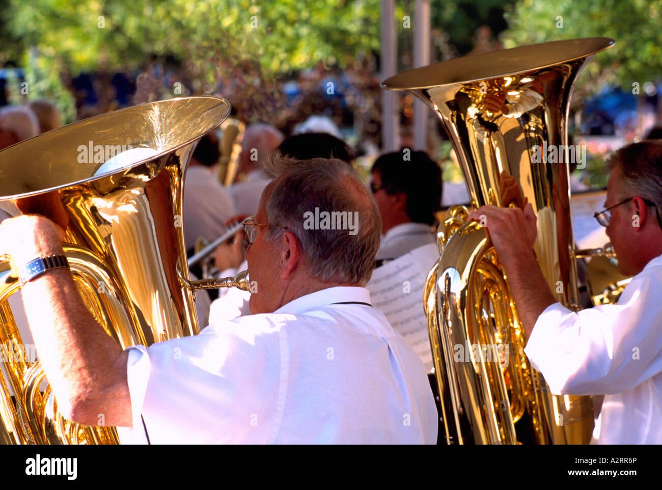Los altos hombres jugando de Tubas en una banda Foto de stock